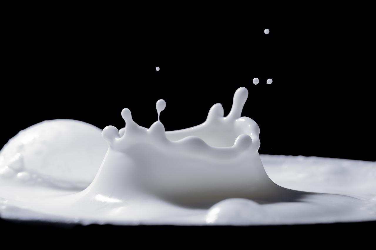immagine del latte bianco su sfondo nero
