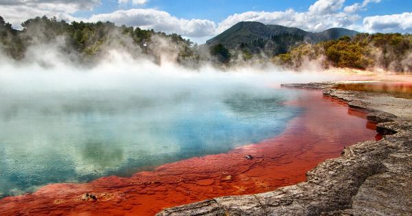 Un paesaggio surreale con nebbie su acqua azzurra e rossa