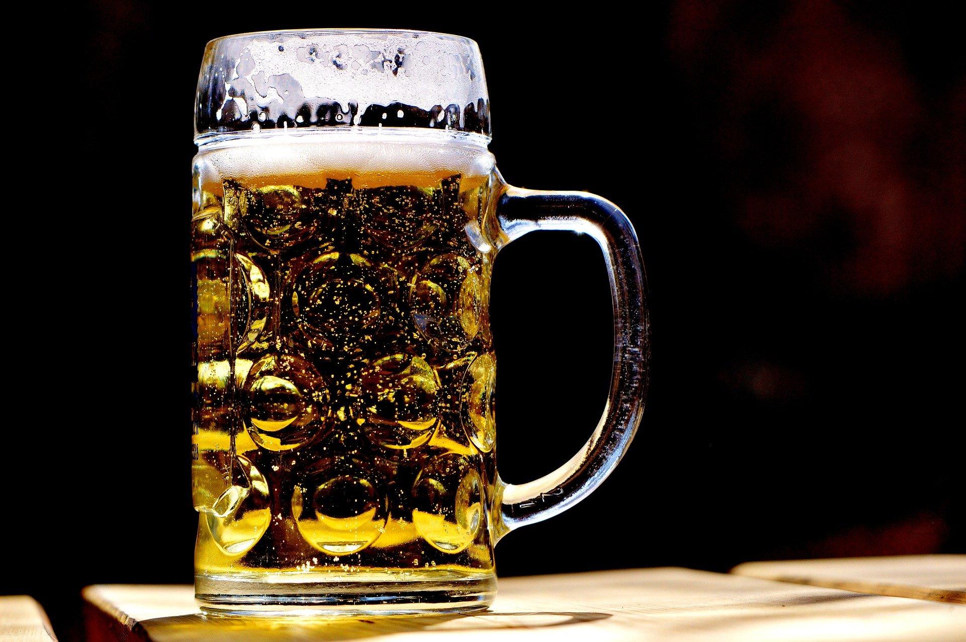 una pinta di birra, come si produce la birra, quali sono gli ingredienti, quali sono le fasi di produzione della birra