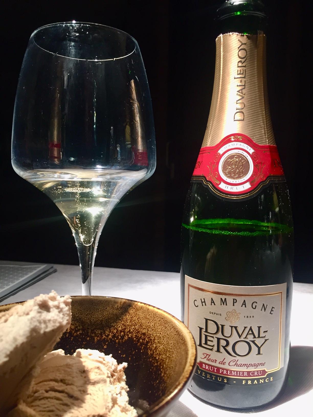 Champagne Duval Leroy, Fleur de Champagne, su tovaglia bianca, a fianco un calice con bollicine fine, numerosa e persistente e una ciotola con gelato al tiramisu