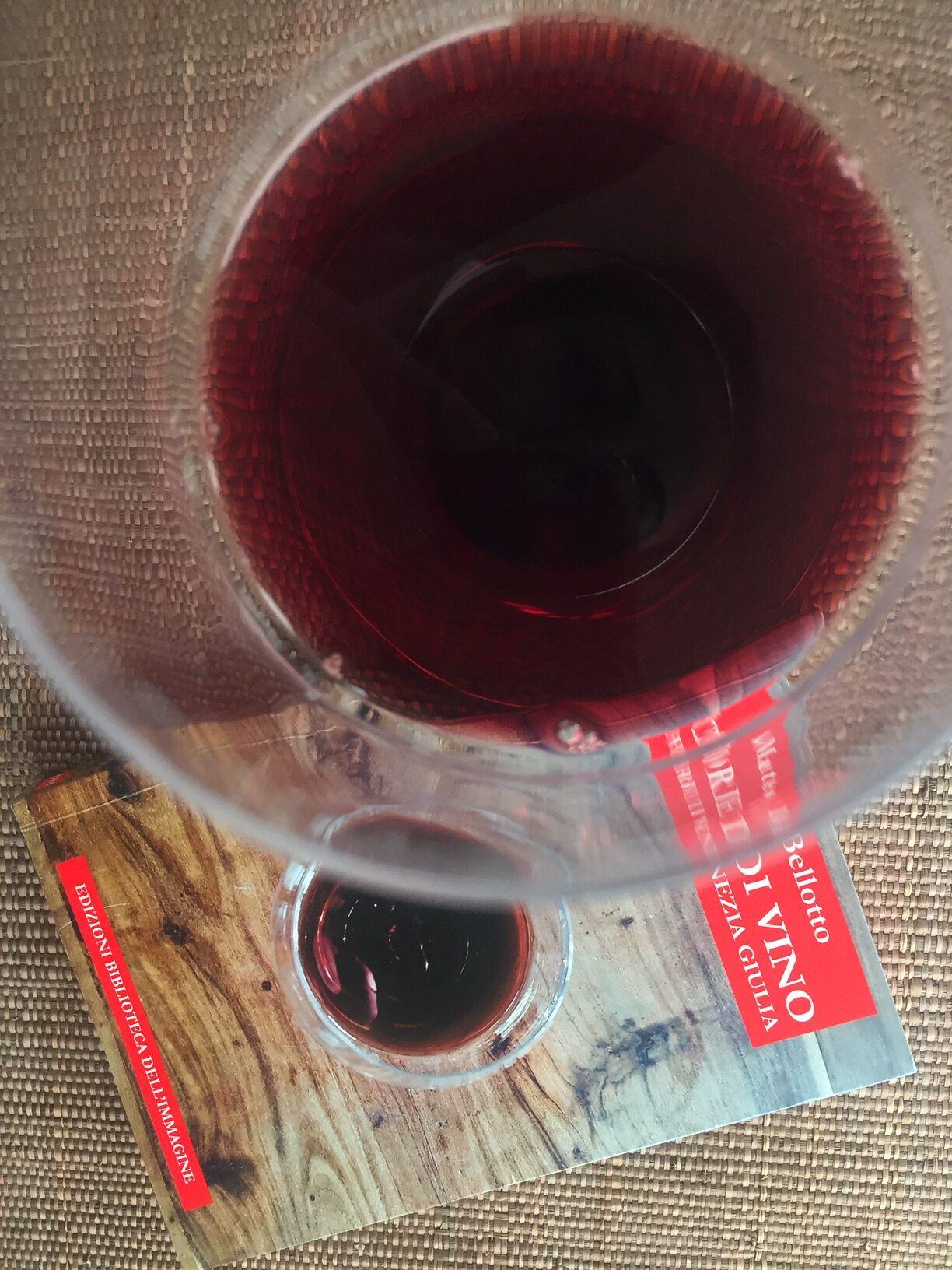 storie di vini del Friuli Venezia Giulia, il libro di Matteo Bellotto con un bicchiere di vino rosso, così come in copertina